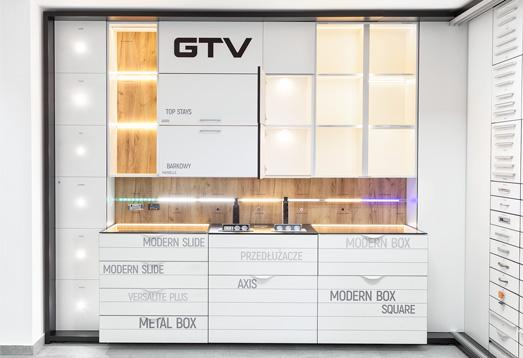 Ekspozycja produktów w showroomach pozwala na bezpośrednie poznanie naszej oferty, podkreślając funkcjonalność naszych rozwiązań w naturalnym otoczeniu.