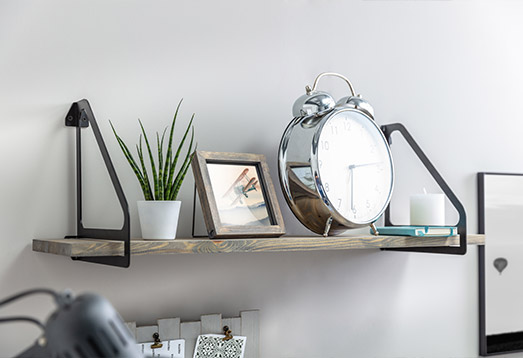 For spaces arranged in a minimalistic and Scandinavian style - one of the most fashionable nowadays - details such as handles, hangers, lamp fittings are often an original decoration. We have expanded the group of decorative accessories with new products - shelf holders in black.